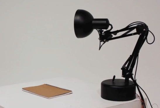 27064_01_pixar_desk_lamp_inspired_pinokio_brought_to_life_through_tech_full